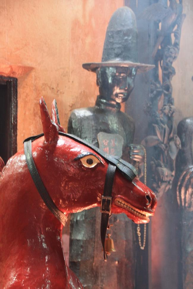 Este es el caballo rojo de Thang Hoang, el señor de los infiernos (que así, en papel maché, pues no da mucho miedo...)