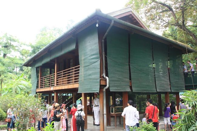 Justo enfrente de la anterior, otra residencia austera que usó el líder de Vietnam