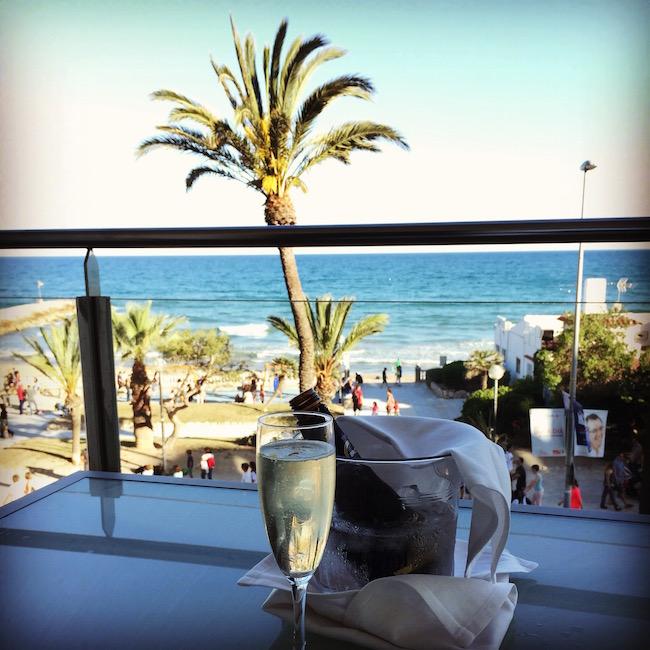 ¿Te apetece una copita de cava disfrutando de las vistas de la playa de Sitges?