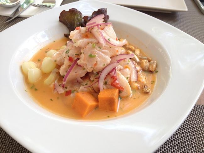 La combinación del maíz dulce, del maíz crujiente, del pescado marinado y del jugo resultante es espectacular...