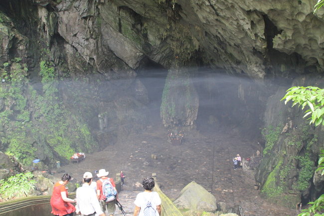 Una cortina de incienso cubre la entrada a la cueva...