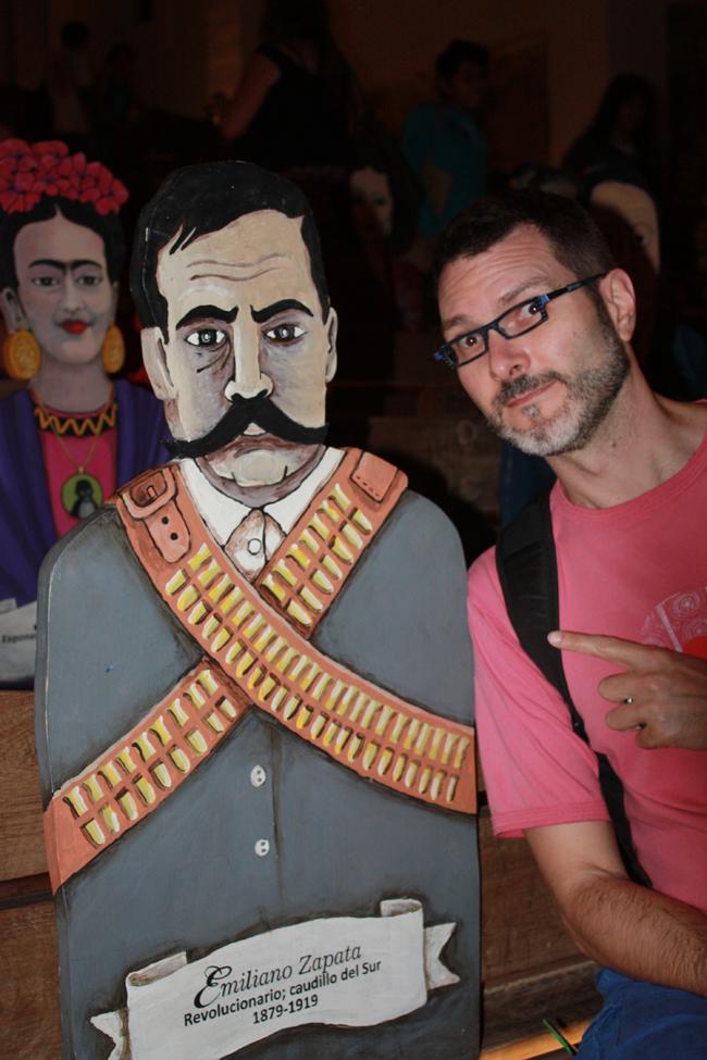 en la capilla de Guadalupe hay figuras en homenaje a los personajes más famosos de México. Víctor posando con Emiliano Zapata