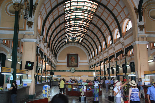 El interior, presidido por un mosaico de Ho Chi Minh, alberga interesantes mapas antiguos de Vietnam