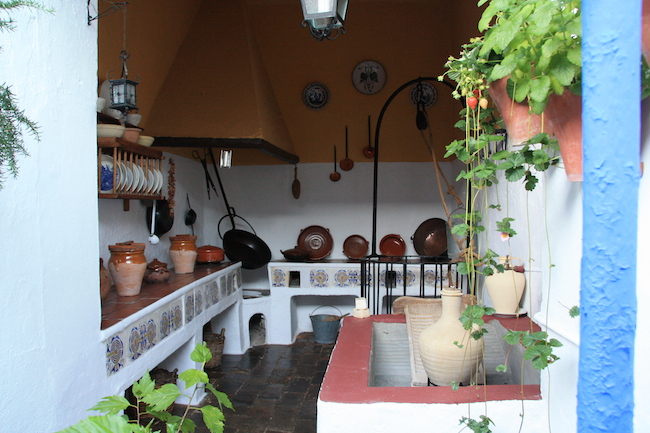 Cocina tradicional en el patio d ella calle Marroquíes de Córdoba