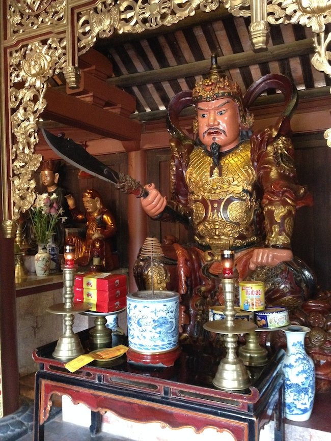 Las pagodas tienen a menudo guardianes a ambos lados de la entrada, que las protegen de espíritus malignos...
