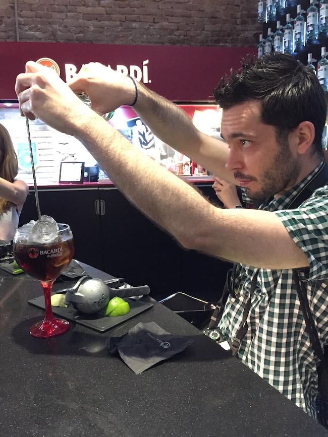 José Luis te muestra cómo usar la cuchara mezcladora para añadir la cola