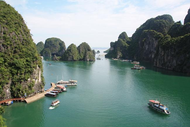 Halong Bay es un paisaje increíble de incontables columnas de roca en el mar