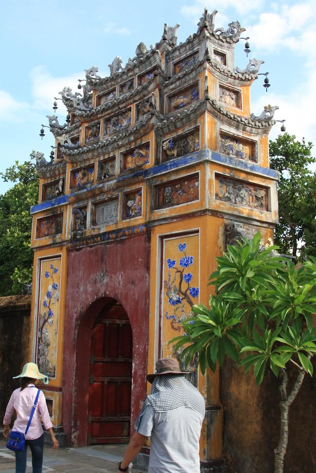 Una de las puertas que da acceso a la Ciudad Púrpura Prohibida, de labrados acabados