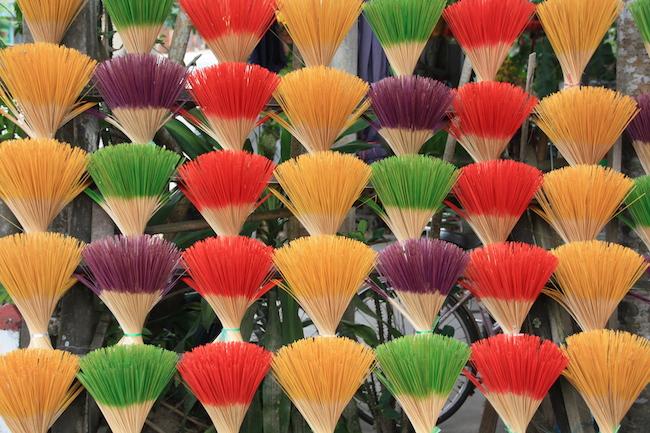 un pequeño pueblo cercano a la tumba de Tu Duc agrupa a artesanos del incienso, que usan estos bastoncillos coloreados...