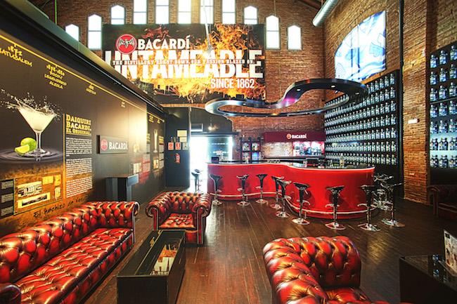 En esta sala de realizan los talleres de coctelería que ofrece la marca (foto Casa Bacardí)