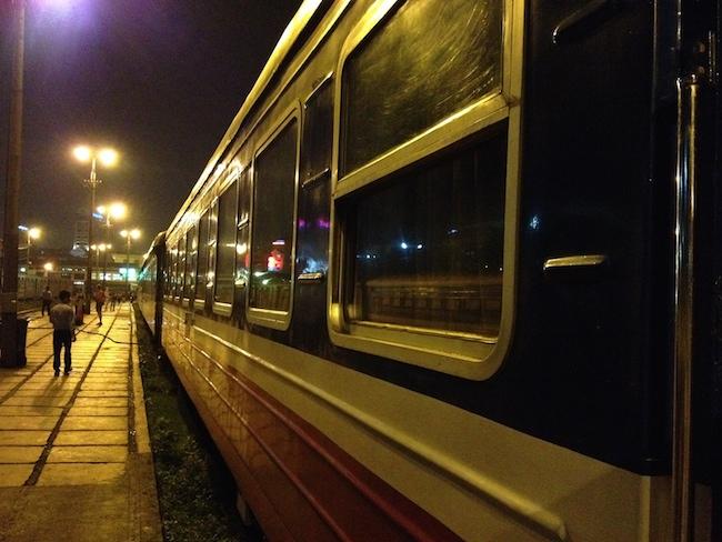 El King Express espera el momento de salir de la estación de Hanoi