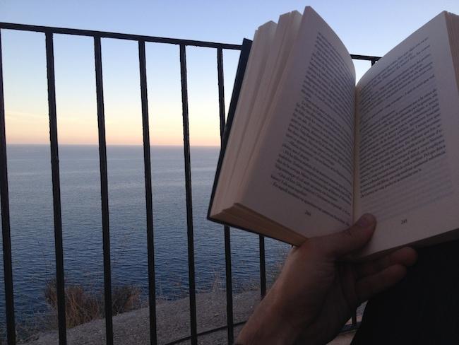 Una buena novela, una cervecita y el Mediterráneo a tus pies con el rumor de las olas ¿se puede pedir más?