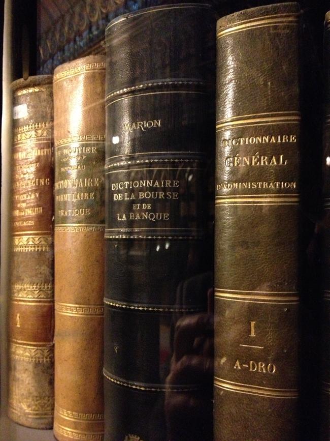 libros de economías en la biblioteca del Senado