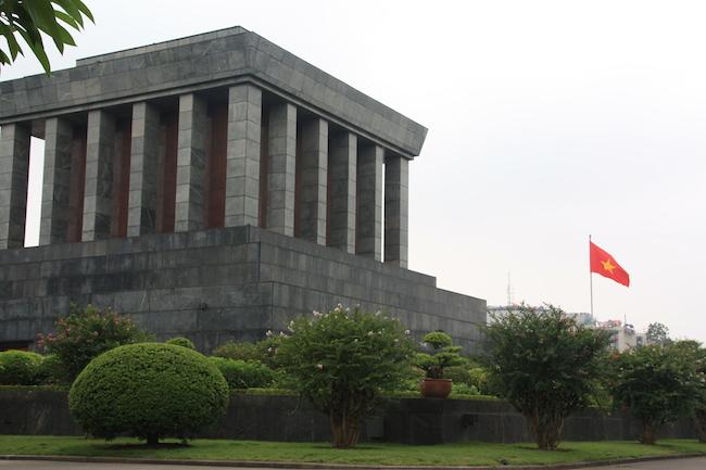 Mausoleo de Ho Chi Minh en Hanoi, con la bandera vietnamita