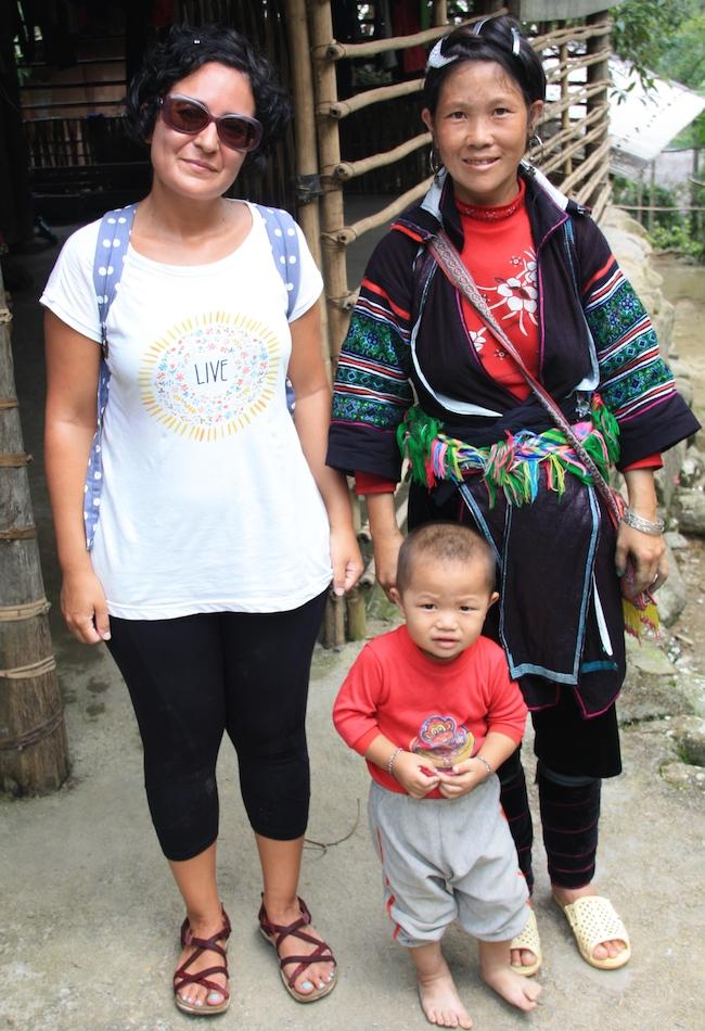 Patri junto a una mujer hmong que nos acompaño un trecho en nuestro trekking por los arrozales