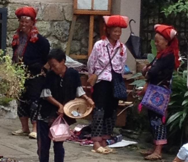 Las mujeres Dzao llevan a menudo voluminosos tocados rojos