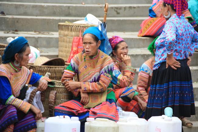 Estas mujeres venden vino de arroz en el mercado de Bac Ha, que más que vino se parece a nuestro orujo...
