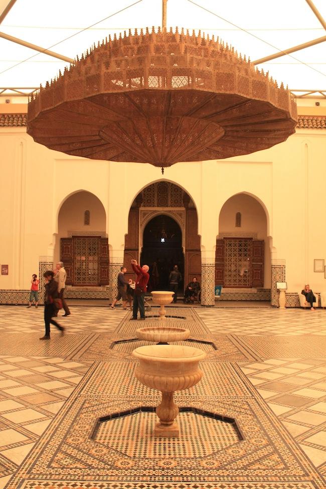 museo de Marrakech: el patio cubierto coronado por la enorme lámpara