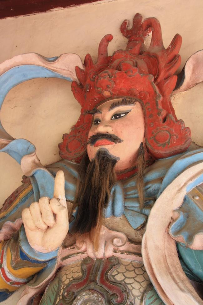 A ambos lados de la entrada de la Pagoda, estatuas de guardianes (con pelo auténtico) alejan al Mal...