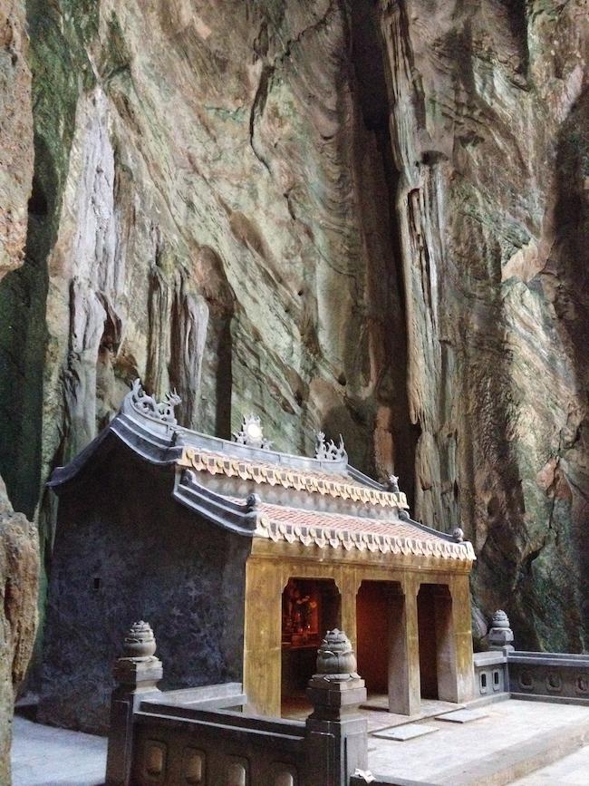 Hay varios altares y pequeñas pagodas en el interior de este espacio tan espiritual