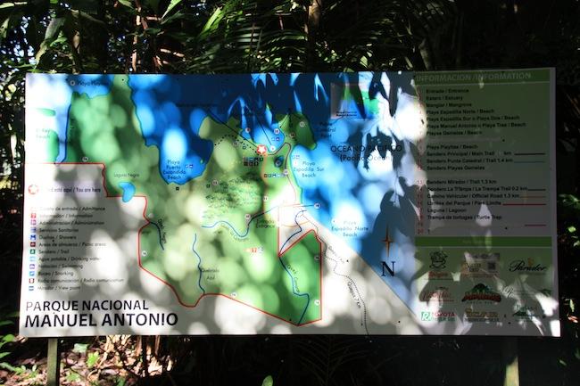 Los senderos del Parque Manuel Antonio están muy bien señalizados y son de un trazado muy cómodo al alcance de cualquiera para un paseo