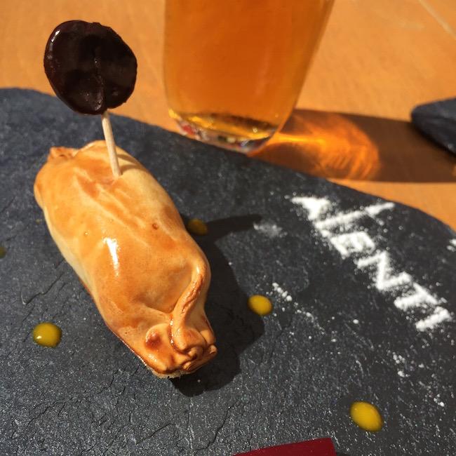 El restaurant Alenti cuida la presentación de tu caramelo de foie con manzana confitada sobre lecho de albahaca, con gelatina de frambuesa y gotas de mango. La piruleta es de chocolate y foie