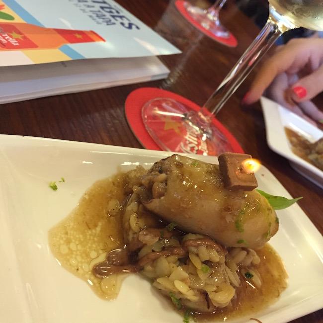 """""""El cable"""" (C/Barcelona 1) presenta un calamar relleno de setas y papada con falso risotto y praliné de avellana (con velita sobre el praliné incluida!)"""