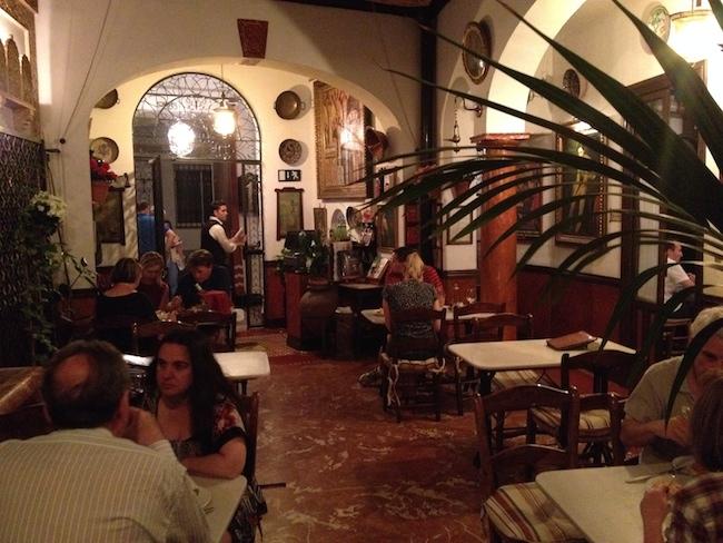 La Taberna Salinas dispone de varios salones