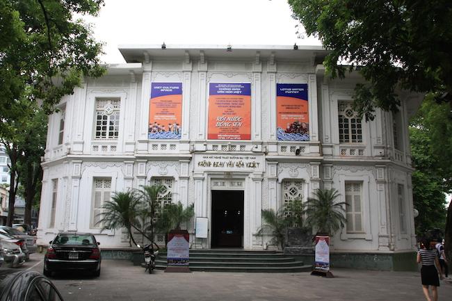 Uno de los teatros de marionetas de Hanoi, a orillas del lago Toan Kiem, en Le Thai To con Hang Trong