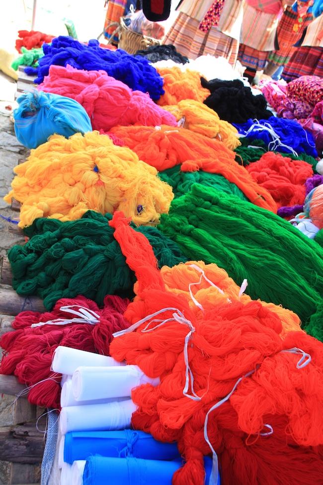Tejidos de vivos colores en el mercado de Bac Ha