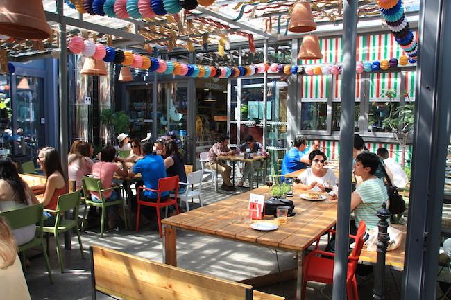 Animada terraza la del Mercado de la Victoria