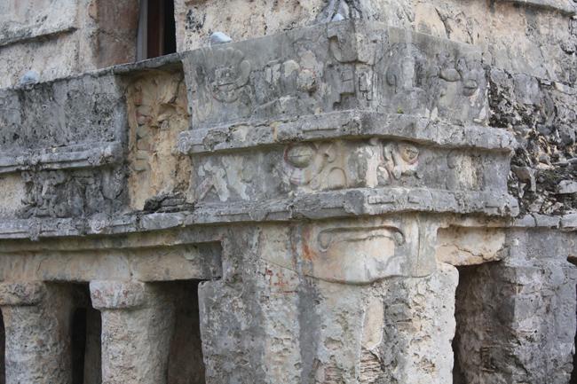 Detalle de grabados en Tulum