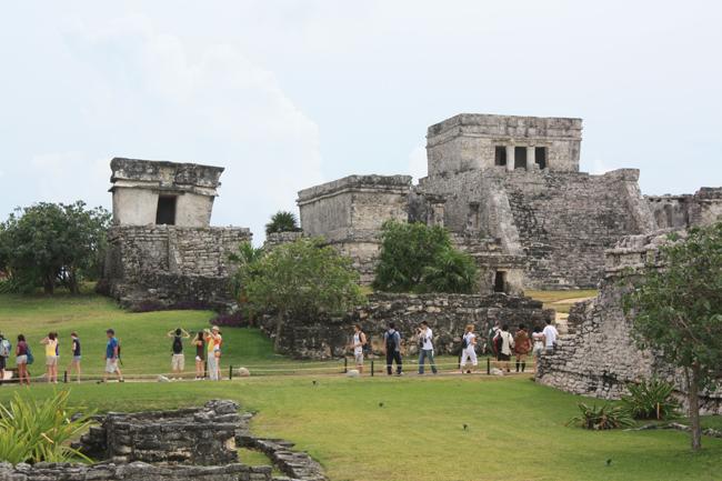 En primer término, El Castillo, la construcción emblemática de Tulum
