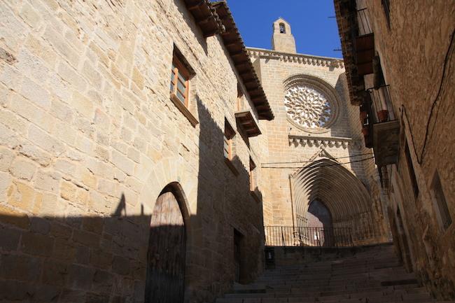 el rosetón de Santa María la Mayor asoma entre las calles de Valderobles