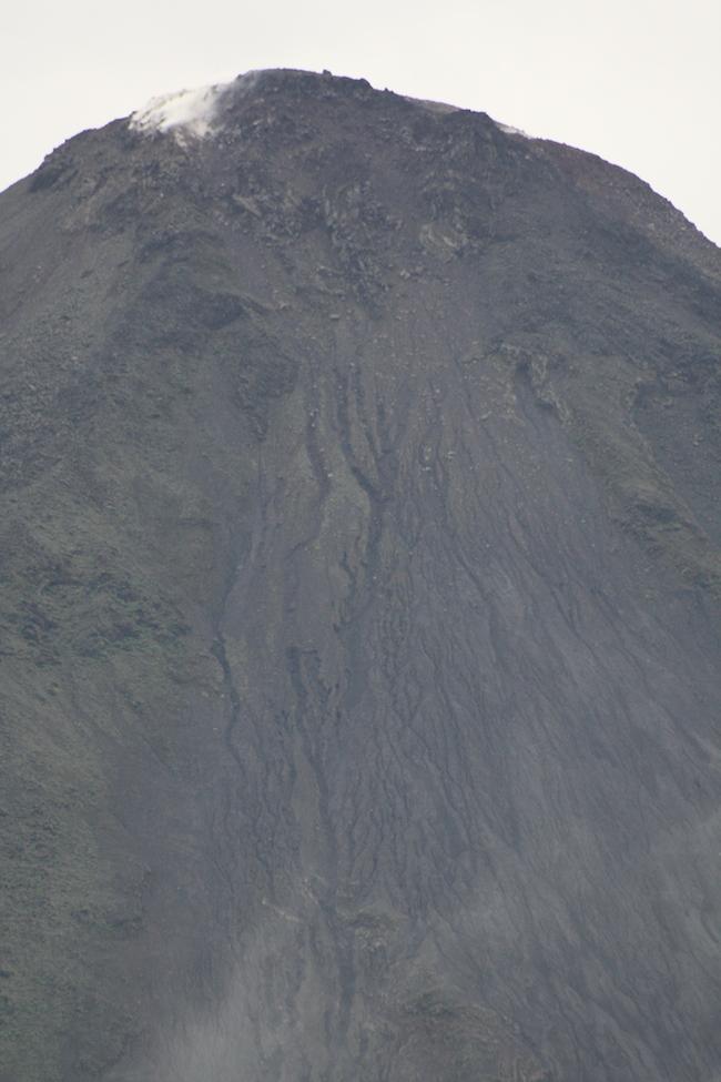 detalle de la cima del volcán arenal con un teleobjetivo 300 desde el hotel