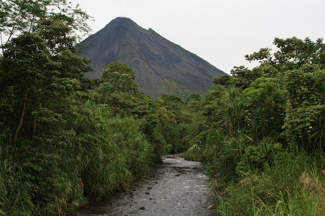 Volviendo de El Castillo, de pronto la niebla se disipó y nos regaló esta vista del Volcán Arenal sobre un riachuelo