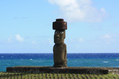 moai antes del eclipse total en rapa nui